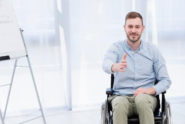 Uomo nella vista frontale della sedia a rotelle