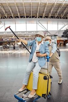 공항에서 수하물 카트에 들어 올려 걷는 지팡이로 여자를 노리는 남자
