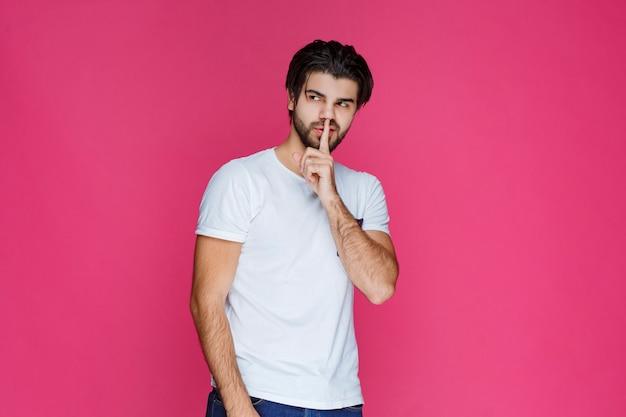 Uomo in camicia bianca che dà pose seducenti.