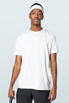 Uomo in t-shirt bianca e abbigliamento activewear con fascia