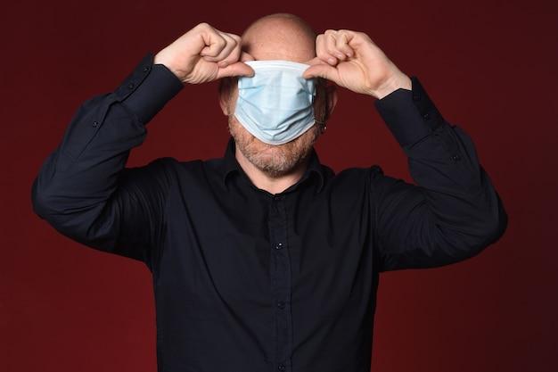 Человек, который плохо снимает медицинскую маску