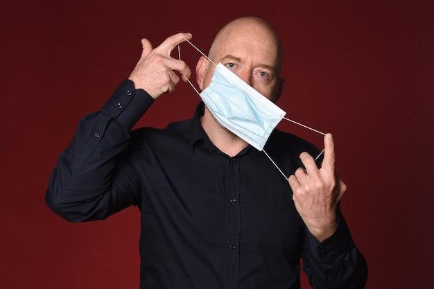 Человек, который правильно снимает медицинскую маску