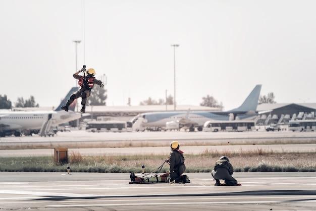 Человек подъехал к парящему поисково-спасательному вертолету