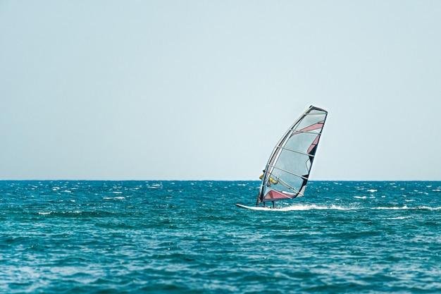 海でウィンドサーフィンをする男