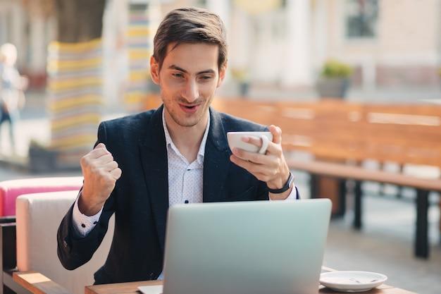 Человек победитель взгляд с ноутбуком