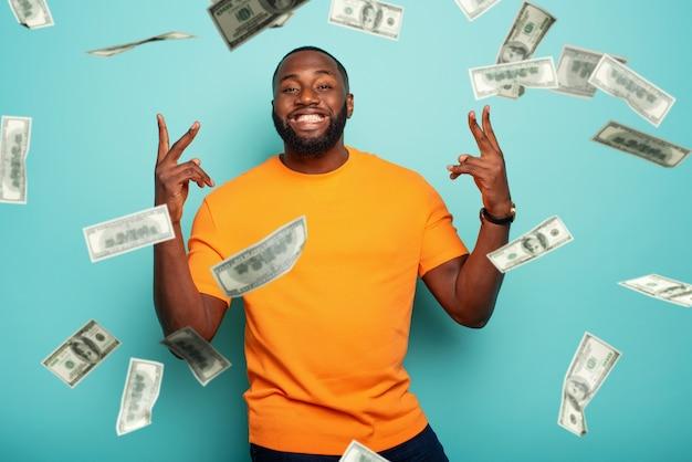 Человек выигрывает деньги. удивленное и удивленное выражение лица.