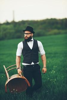 Человек с бородой и солнцезащитными очками в зеленом поле