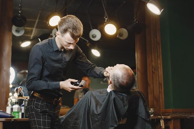 Мужчина с бородой. парикмахер с клиентом. бритый мужчина.