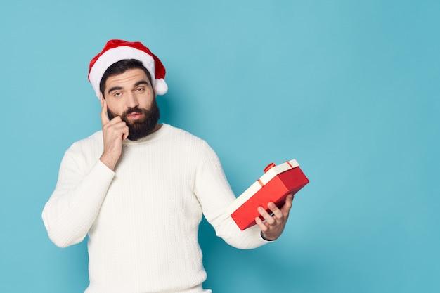 スタジオクリスマスでポーズをとってひげを持つ男