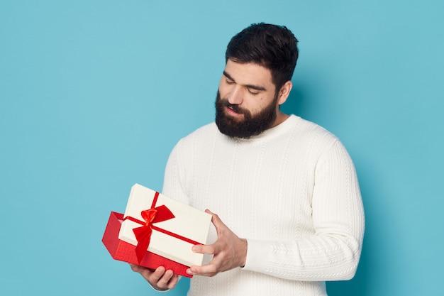 ひげのポーズを持つ男。