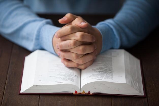 聖書を持つ男