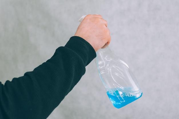 Человек с синим антисептиком в руке