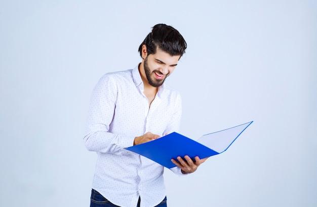 Человек с синей папкой чувствует себя успешным