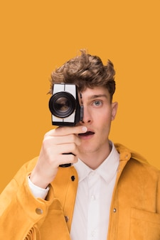 Человек с видеокамерой в желтой сцене