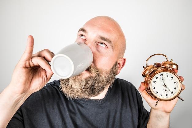 차 시간 동안 컵을 가진 남자