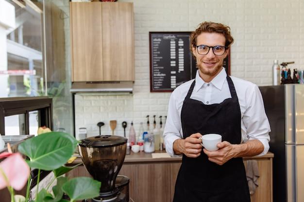Мужчина с чашкой кофе в кафе