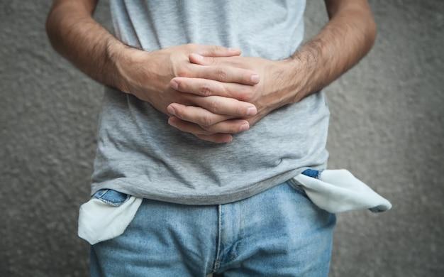 Человек с пустыми карманами. финансовый кризис