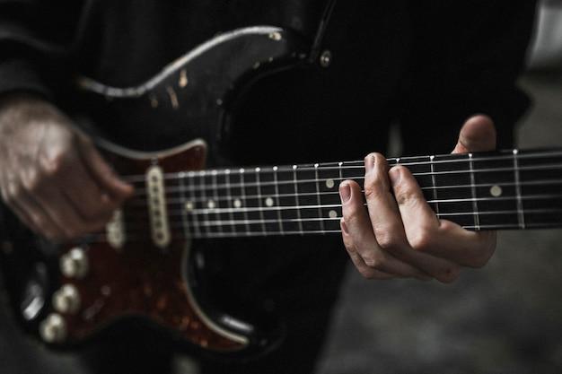 뮤직 비디오 촬영에서 기타 바이브를 가진 남자