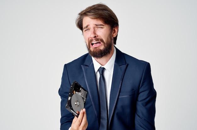 그의 손에 하드 드라이브를 가진 남자 감정 빛 공간 비즈니스 금융