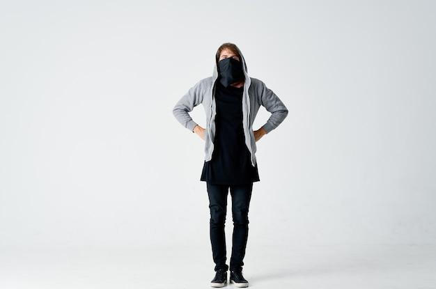 Человек с капюшоном на голове анонимность воровство преступления. фото высокого качества