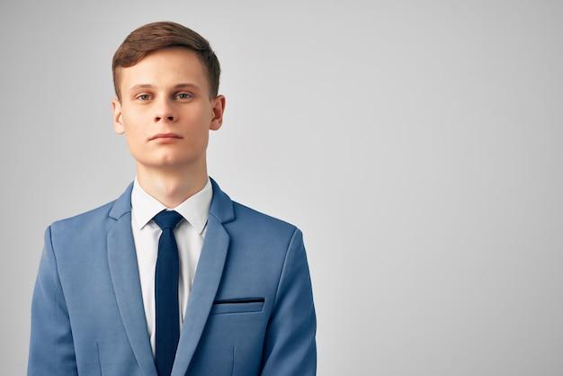 Человек с пиджаком в офисе исполнительного менеджера с галстуком