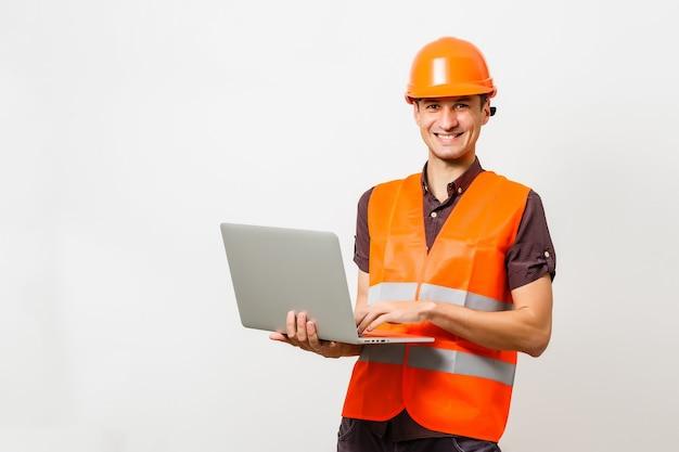 白い背景の上に分離されたノートパソコンを持つ男