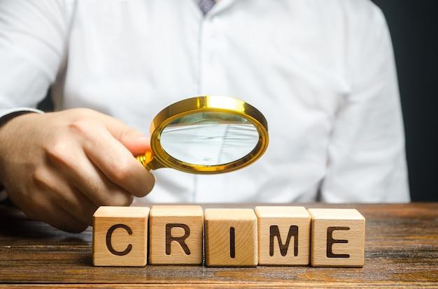 Человек с увеличительным стеклом рассматривает слово доказательства сбора расследования преступления