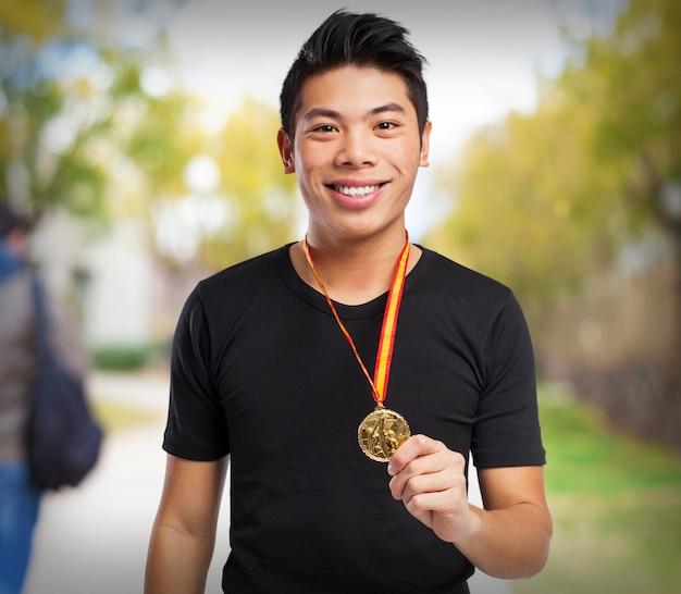 メダルを持つ男