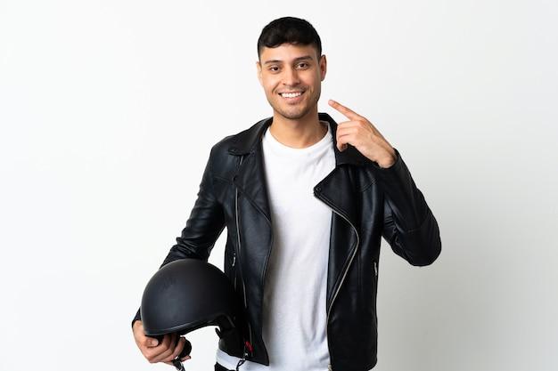 Человек в мотоциклетном шлеме показывает жест рукой