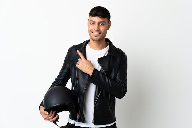 Человек с мотоциклетным шлемом, указывая в сторону, чтобы представить продукт