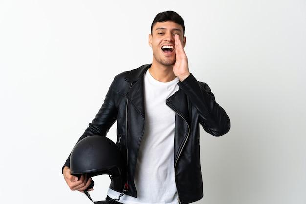 Человек в мотоциклетном шлеме кричит с широко открытым ртом