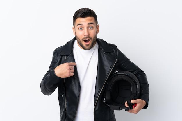 Человек с мотоциклетным шлемом с удивленным выражением лица