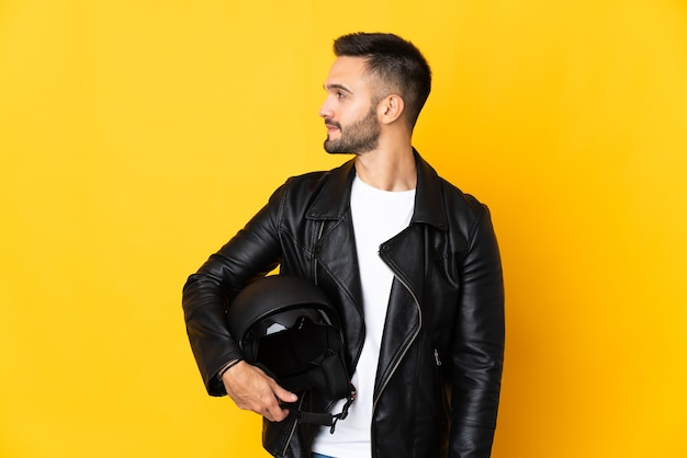 Человек в мотоциклетном шлеме