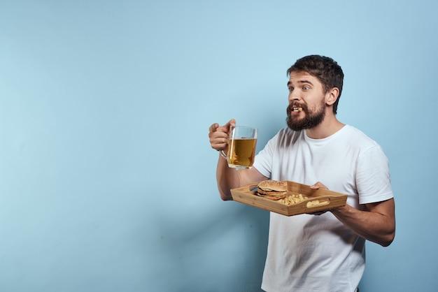 ビールとハンバーガーのマグカップを持つ男