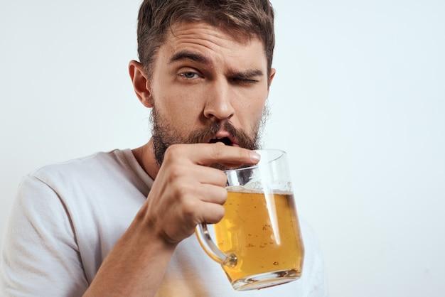 Человек с кружкой пива пьян