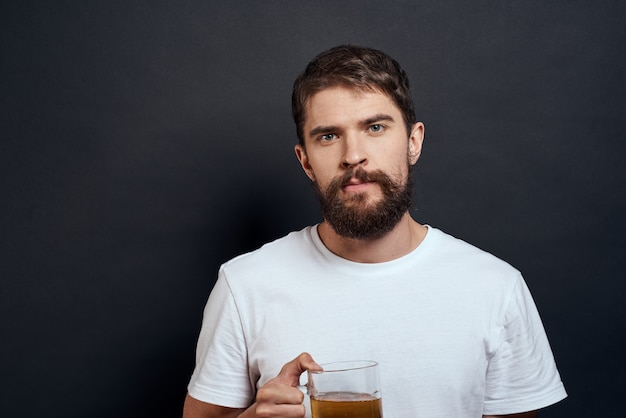 Человек с кружкой пива в руках эмоции весело образ жизни белая футболка темная