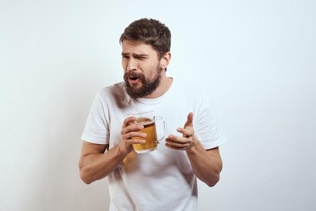 手にビールのジョッキを持つ男