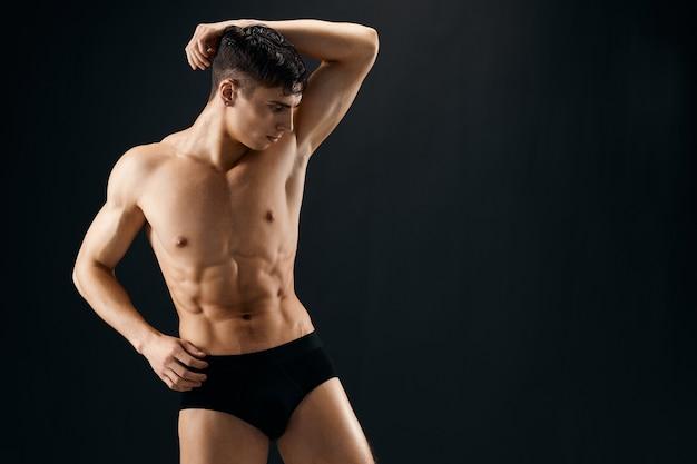 孤立したポーズをとって筋肉の体を持つ男