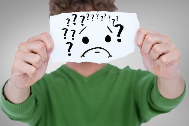 Человек с листом бумаги с вопросительными знаками