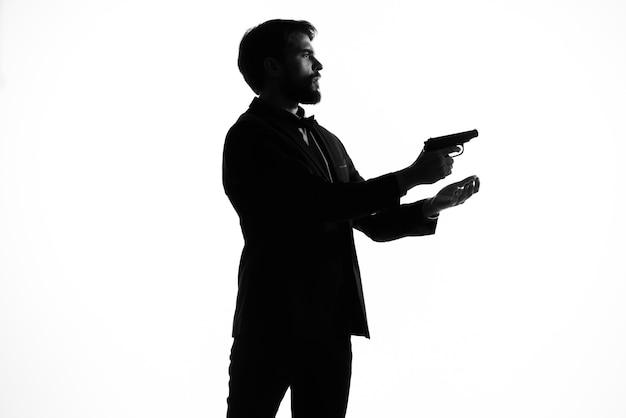 손에 권총을 든 남자 범죄 손 제스처 고립 된 배경