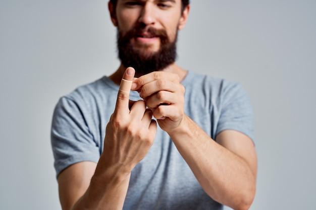 指の怪我の治療薬に絆創膏を塗った男