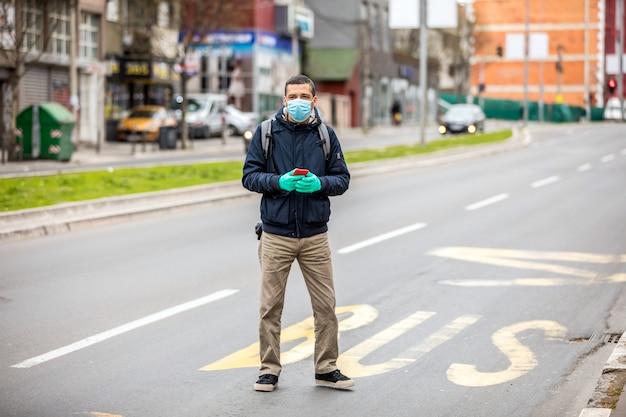 그의 얼굴에 보호 마스크를 가진 남자는 거리에 서있다