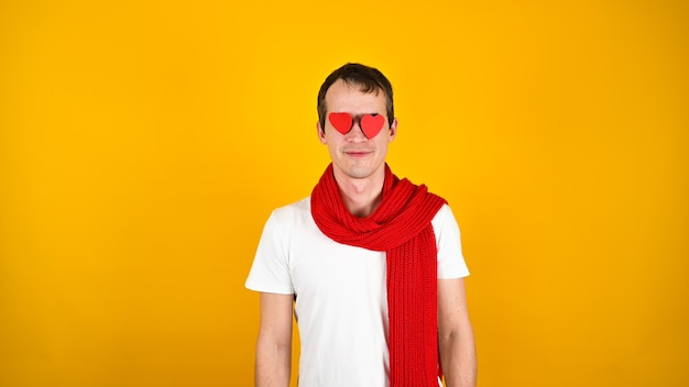 Человек с красным сердцем в руках на желтом