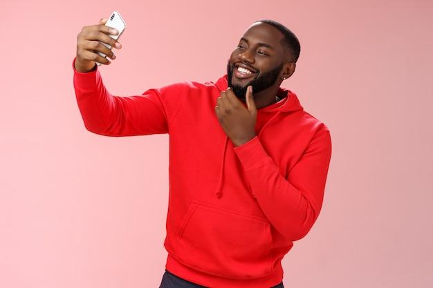 Мужчина в красной толстовке поверх розового