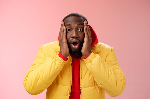 핑크 위에 빨간 셔츠를 입은 남자 프리미엄 사진