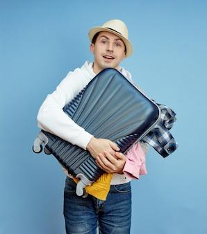 Мужчина с чемоданом спешит к самолету. из багажа выпадают вещи.