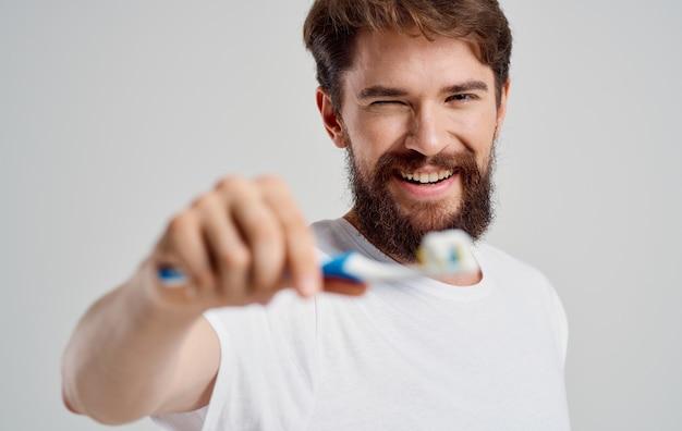 手に歯ブラシを持った男口腔ケア朝の手順真っ白な笑顔