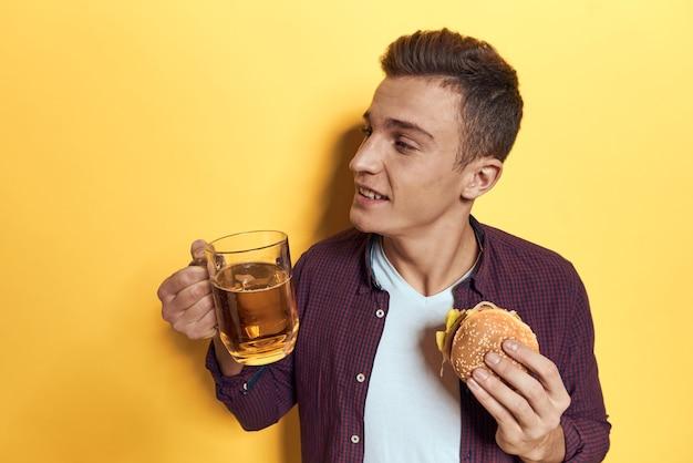 ジャンクフード、ハンバーガー、フライドポテトのトレイを持つ男