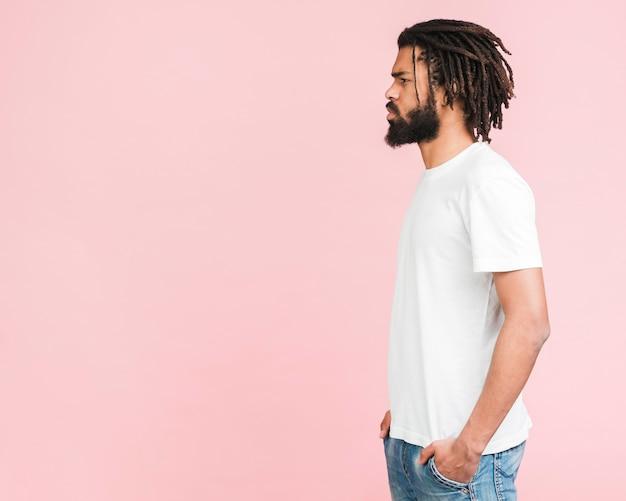 Человек с белой футболкой позирует