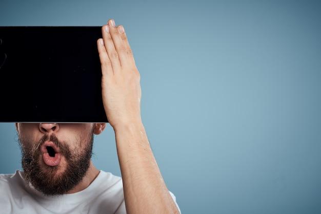 彼の手で電子タブレットを持つ男